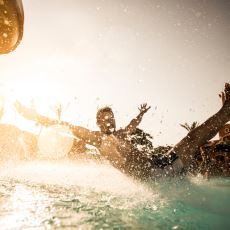 Rezil Olma Konusunda Sınırları Parçalayan Trajikomik Bir Havuz Hikayesi
