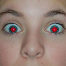 Flaşla Çekilen Fotoğraflarda Gözler Neden Kırmızı Renkte Çıkar?