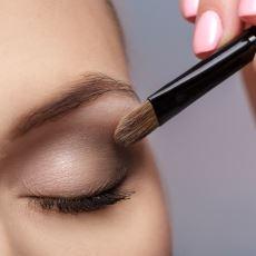 Eyeliner Modasından Sıkılanlar İçin Gözlerde Benzer Etkiyi Yaratacak Bir Makyaj Tekniği