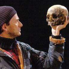 Tiyatro Oyununda Vasiyet Üzerine Kullanılan Kafatası