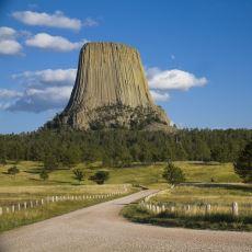 Kurumuş Bir Ağaç Kökünü Andıran Devasa Jeolojik Oluşum: Devil's Tower