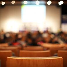 Kongre Salonlarını İzleyiciler Neden Orta Kısımlardan Başlayarak Doldurur?