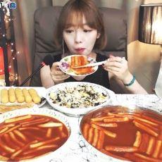 Güney Kore'de Sadece Yemek Yerken Video Çekerek Ayda 10 Bin Dolar Kazanan İnsanlar