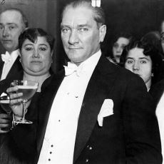 Manevi Kızı Nebile'nin Düğününden Görülmemiş Atatürk Fotoğrafları