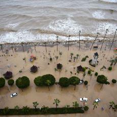 Mersin'de Hayatı Felç Eden Sel Sularına İnat Deniz Yatağıyla Keyif Yapan Adam
