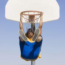 Hepimizin Çocukluk Arkadaşı: Sitede Oturan Basketbol Seven Kıvırcık Ergen İrisi