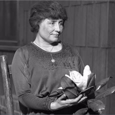 Kör, Sağır ve Dilsiz Olmasına Rağmen Hayata Pek Çok Kişiden Sıkı Sarılmış Kadın: Helen Keller