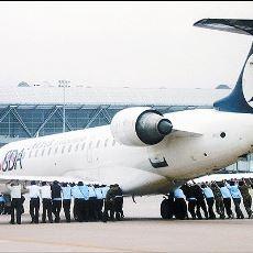 Çin'de Şaka Gibi Dedirten Olay: Bozulan Uçağı İten Yolcular