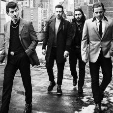 """Arctic Monkeys'e Neden """"Ergen Grubu"""" Denilemeyeceğini Kanıtlarla Belgeleyen Bir Yazı"""