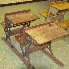 1994 Yılında Parasızlıktan Okulu Bırakmak Üzere Olan Öğrencisine Kol Kanat Geren Öğretmen