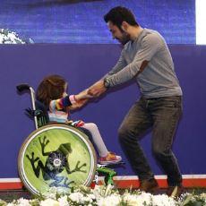Tekerlekli Sandalyedeki Öğrencisiyle Dans Eden Yüreği Güzel Öğretmen