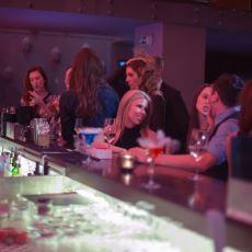 Bir İnsanın Başından Geçebilecek En Enteresan Olaylardan Biri: Barda Tanışılan Kadınların Hollywood Yıldızı Çıkması
