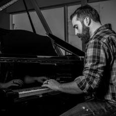 Bebeğini Piyanoda Ninni Çalarak Uyutan Baba