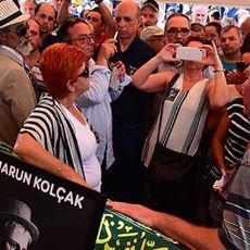 İnsanlığın Geldiği Son Nokta: Harun Kolçak'ın Cenazesindeki Tabut Başında Poz Verme Yarışı