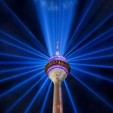 Düsseldorf'taki Dünyanın En Büyük Dijital Saatine Sahip Kule