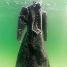 Denize Bırakılan Siyah Bir Gelinliğin Tuz Kristallerine Büründüğü Soluk Kesici Fotoğrafları