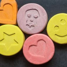 Tehlikeli Bir Uyuşturucu Madde Olan Ekstazi Nedir ve Vücuda Etkileri Nelerdir?