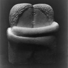 """Constantin Brancusi'nin """"The Kiss"""" Heykelinin Aşk Üzerinden Müthiş Bir Yorumu"""