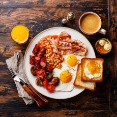 """İnsanı """"Kahvaltı Nedir?"""" Diye Derin Sorgulamalara Sevk Eden Bir Lezzet: İngiliz Kahvaltısı"""