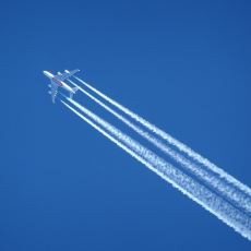 Uçaklar Gökyüzünde Süzülürken Neden Arkasında Beyaz Bir İz Bırakır?