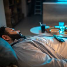 Yemekten Sonra Neden Uykumuz Gelir ve Ağırlık Çöker?