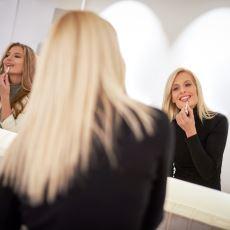 Tuvaletten Çıkan Kadın, Sıradaki Kadına Neden Gülümser?