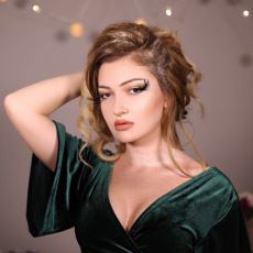 Abartılı Makyajı, Saçı ve Simleriyle Düğünlerin Olmazsa Olmazı: Gelinin Kız Kardeşi