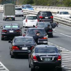 Japonya Başbakanının Aşırı Nazik Korumalara Sahip Araç Konvoyu