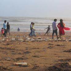 Hindistan'da Tuvalet Olarak Kullanılan Plaj
