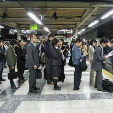 Metrodan İnenleri Sıra Halinde Bekleyen Japonlar