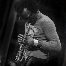 Suskunluğunda Bile Notaların Mevcut Olduğu Büyük Caz Dehası: Miles Davis