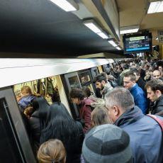 Bir Toplu Taşıma Sorunsalı: Metrodan İnenleri Beklemeden Binmeye Çalışmak