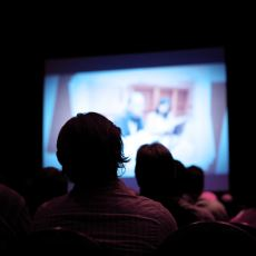 """Fazla Film İzleyen İnsanları Neden Rahatlıkla """"Kültürlü"""" Sayabiliriz?"""