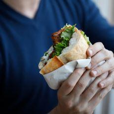 İçeceğin Son Yudumu İle Ekmek Arasının Son Lokmasını Eş Zamanlı Tüketme İşlemi