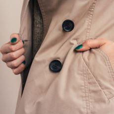 Kadın Kıyafetlerinde Düğmeler Neden Sol Tarafta Bulunuyor?