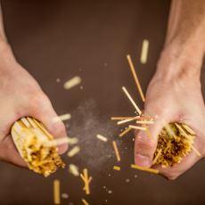 Spagetti Çubuklarının İki Ucundan Tutulduğunda İki Parçadan Fazlaya Bölünme Gizemi