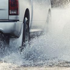 Yağmurlu Günlerde Yayaların İhtiyaç Duyduğu İnsan: Su Sıçratmamak İçin Yavaşlayan Sürücü