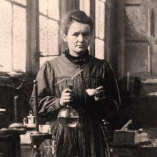 """""""Şöhretin Yozlaştıramadığı Tek Ünlü Kişi"""" Olan Bilim İnsanı Marie Curie Hakkında Yanlış Bilinenler"""