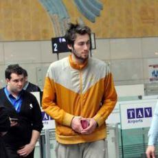 Basketbol Kariyerini Bırakıp Havaalanında Yaşamaya Başlayan Mehmet Şanlı'nın Hikayesi