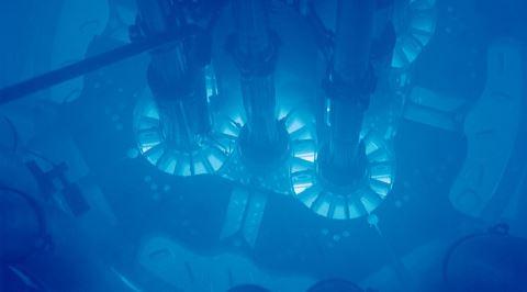 Nükleer Reaktör Çekirdeklerinde Gözlemlenen Mavi Renkli Parlama: Çerenkov Işıması