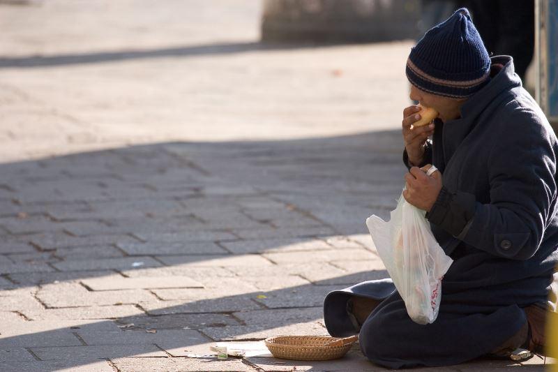 Jakoben: Sofra Adabına Göre Dirsekleri Sofraya Koymak Neden Kabadır