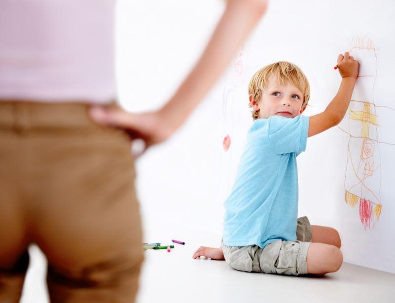 çocuğun Evin Duvarını Boyamasına Izin Vermek Doğru Bir Anne