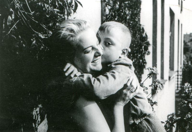 Ретро мама і син