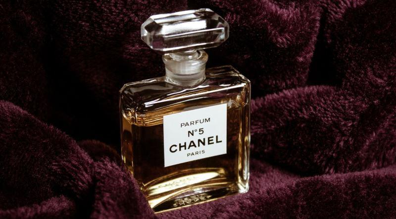 Kokusu Spreye Gore Daha Kalici Olan Kati Parfum Nasil